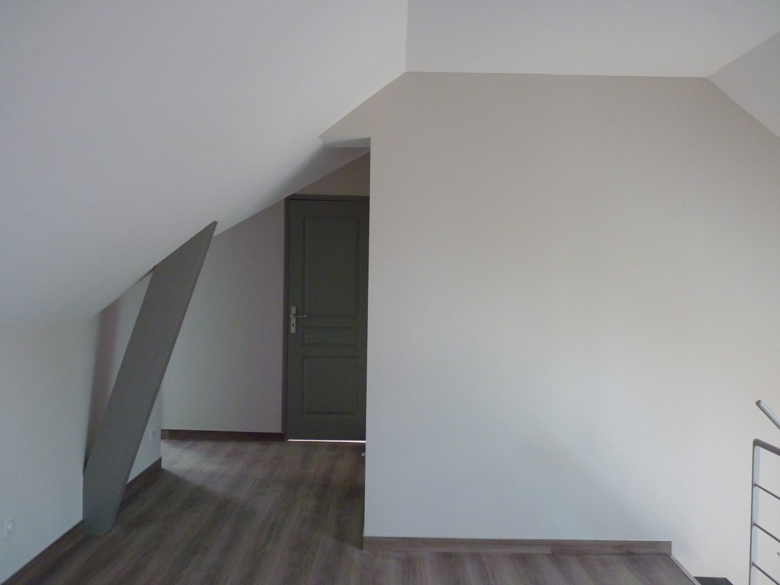 Couleur mur couloir awesome papier peint murs couloir for Couloir peinture bicolore